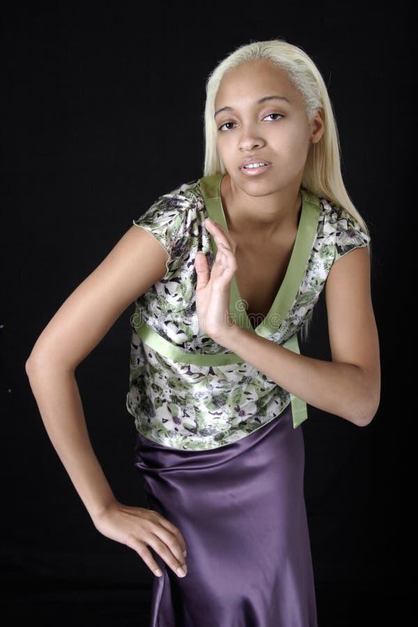 Donna abbastanza giovane in pannello esterno viola sveglio del raso fotografia stock