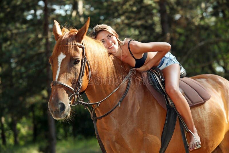 Donna abbastanza giovane su a cavallo immagini stock libere da diritti