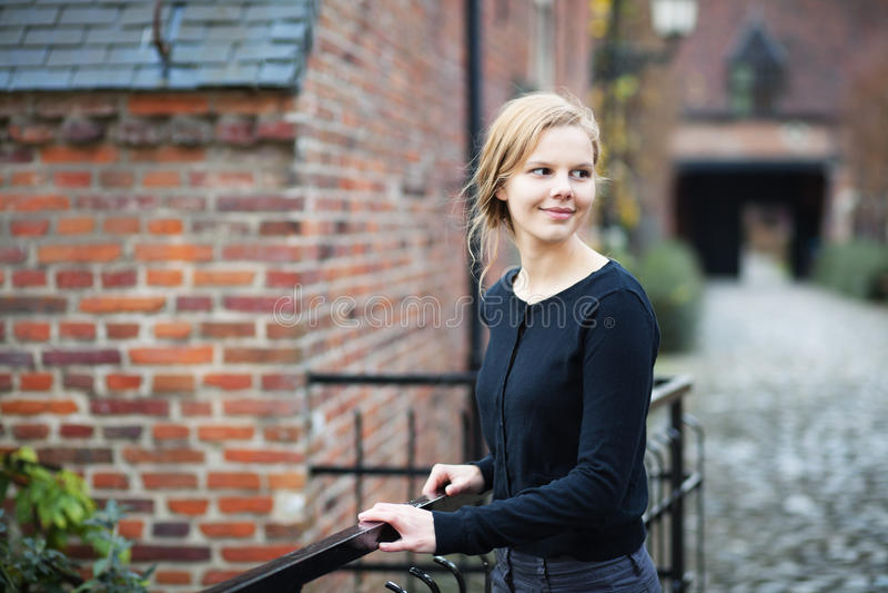 Donna abbastanza giovane sulla via medioevale immagine stock