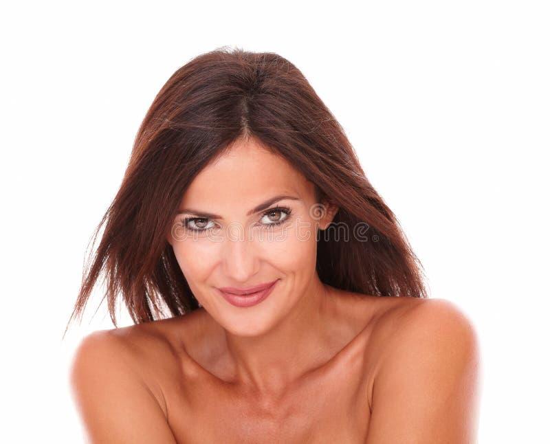 Donna abbastanza latina che sorride alla macchina fotografica fotografie stock