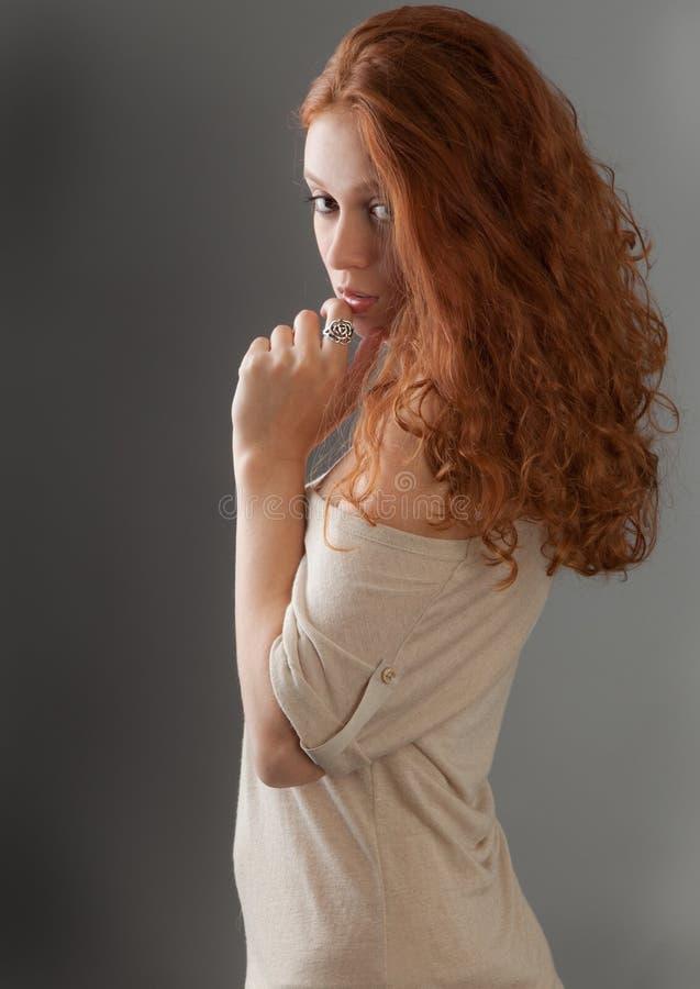 Donna abbastanza russa che osserva sopra la spalla fotografia stock libera da diritti