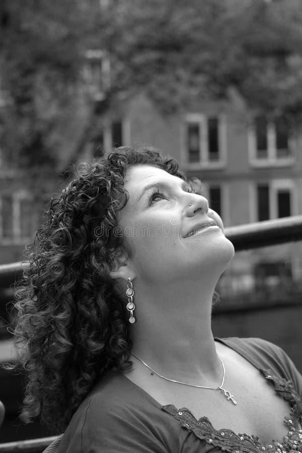 Donna abbastanza tunisina che osserva in su fotografie stock libere da diritti
