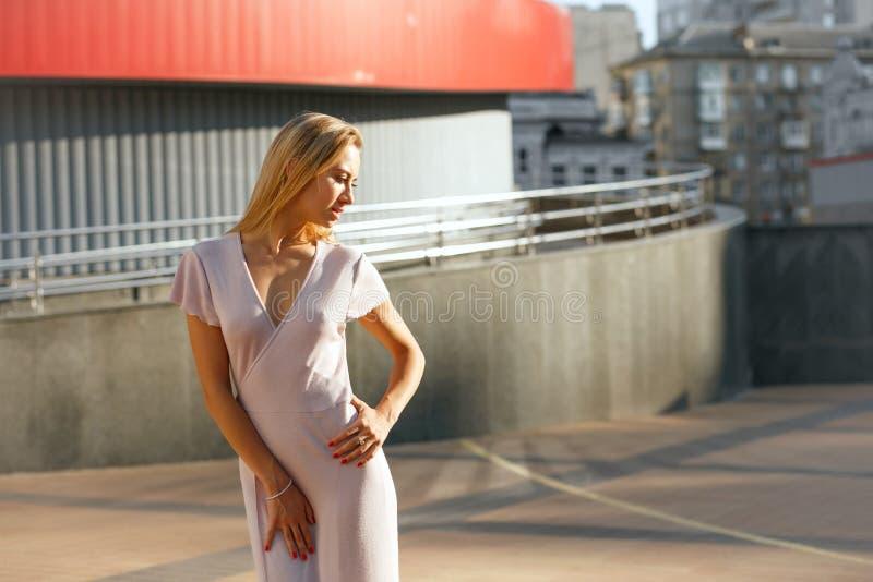 Donna abbronzata sensuale in attrezzatura d'avanguardia che posa ai precedenti o fotografie stock libere da diritti
