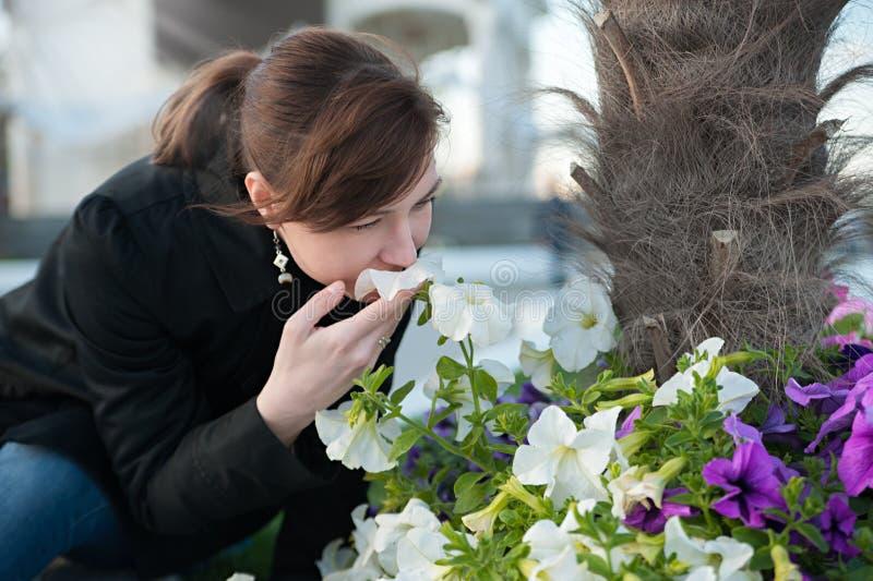 Donna accanto ai fiori fotografie stock