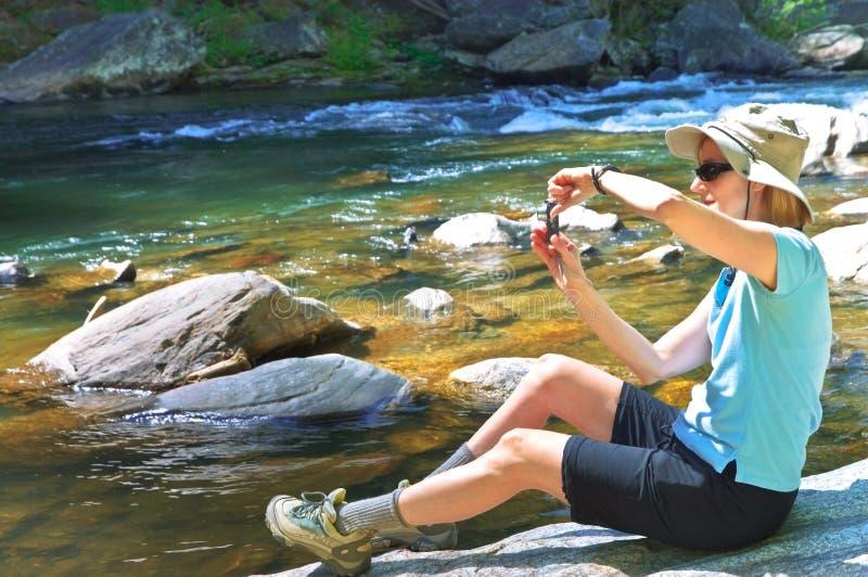 Donna ad un fiume che cattura maschera fotografia stock libera da diritti
