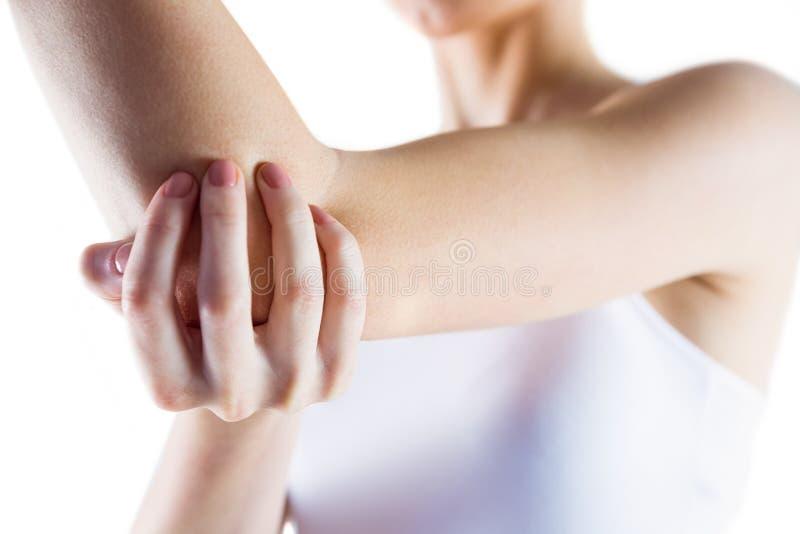 Donna adatta con la lesione del gomito immagine stock