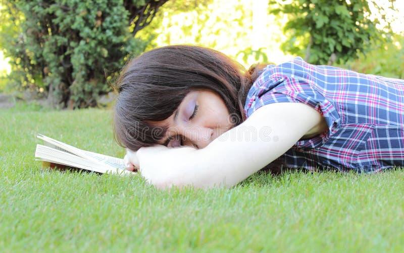 Donna addormentata dopo la lettura del libro fotografie stock