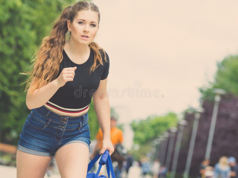 Donna adolescente che esegue tardi all'aperto fotografia stock libera da diritti