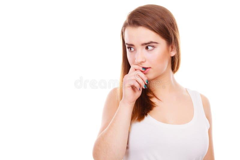 Donna adolescente che sembra preoccupata, pensando a qualcosa fotografia stock libera da diritti