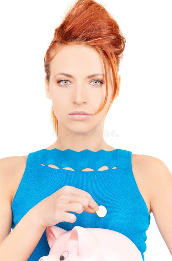 Donna adorabile con il porcellino salvadanaio fotografie stock libere da diritti