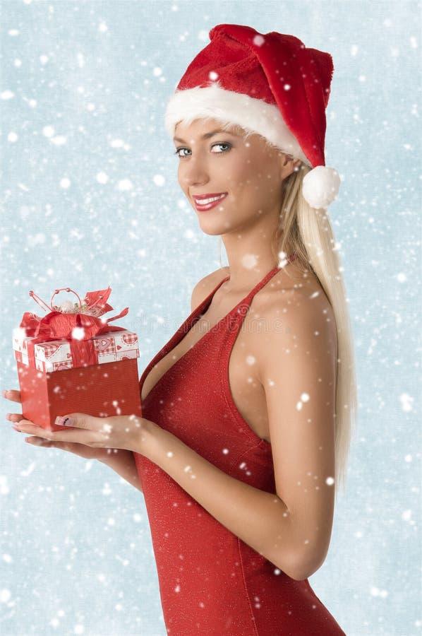 Donna adorabile con il regalo di natale fotografie stock