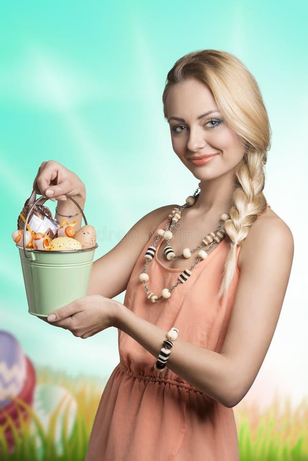 Donna adorabile della molla con le uova di Pasqua immagine stock libera da diritti
