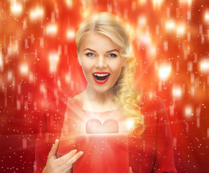 Donna adorabile in vestito rosso con il contenitore di regalo del biglietto di S. Valentino fotografie stock libere da diritti
