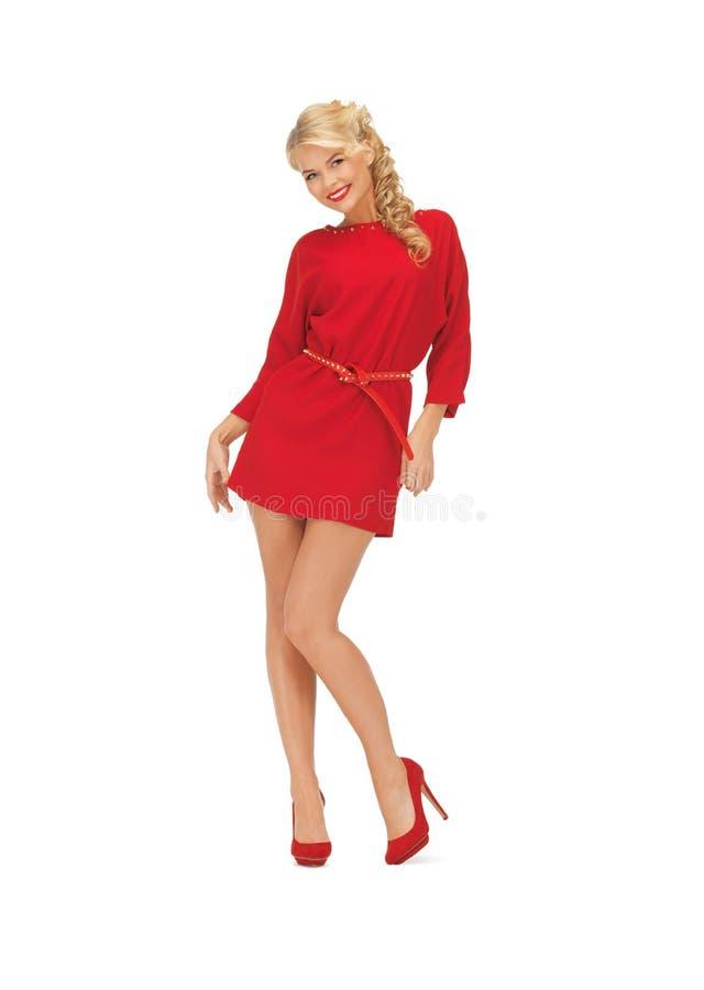 Donna adorabile in vestito rosso sui tacchi alti immagini stock
