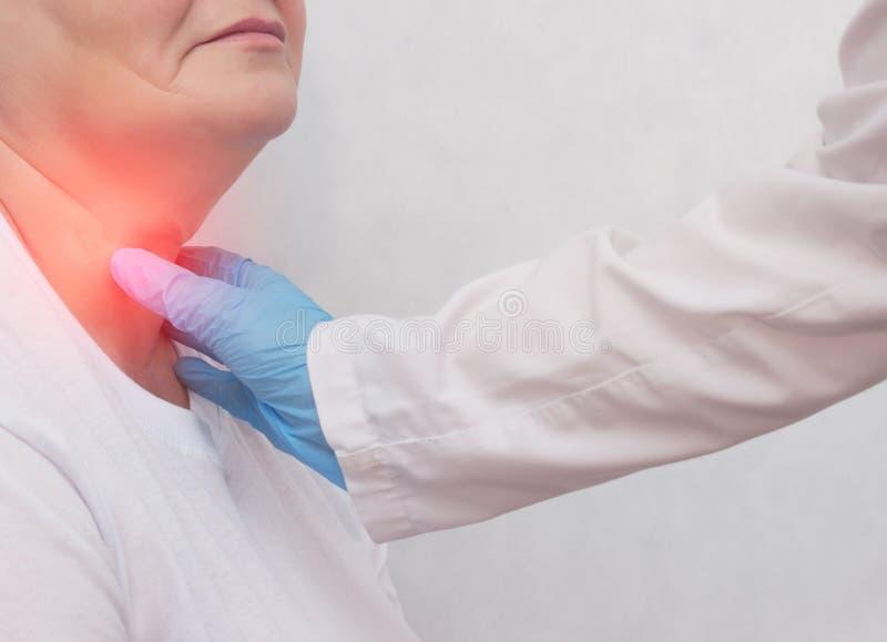 Donna adulta al ricevimento al medico che ha problemi con la ghiandola tiroide ed il sistema di endcrine, il primo piano, pazient fotografia stock