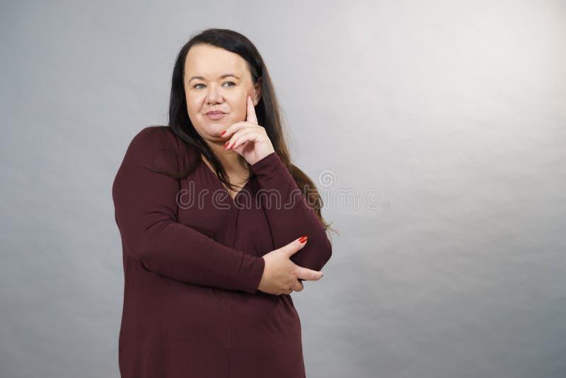 Donna adulta di pensiero fotografia stock
