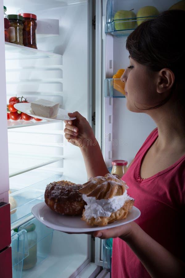 Donna affamata nella cucina fotografia stock