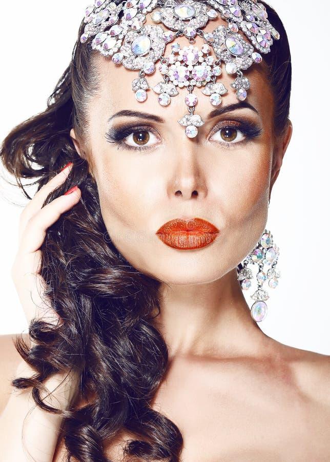 Donna affascinante con gioielli - diadema brillante fotografia stock