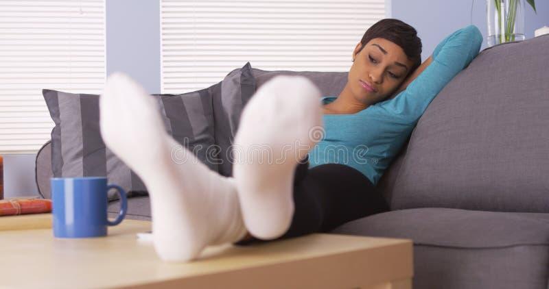 Donna africana attraente che dorme sullo strato fotografia stock libera da diritti