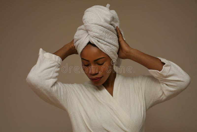 Donna africana avvolta in asciugamani dopo il bagno fotografia stock