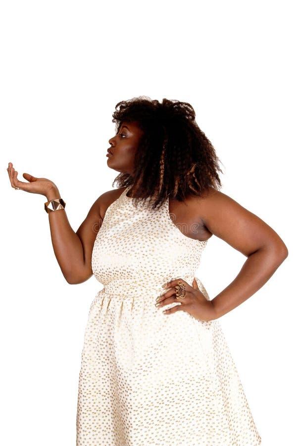 Donna africana che mostra con la mano fotografia stock libera da diritti