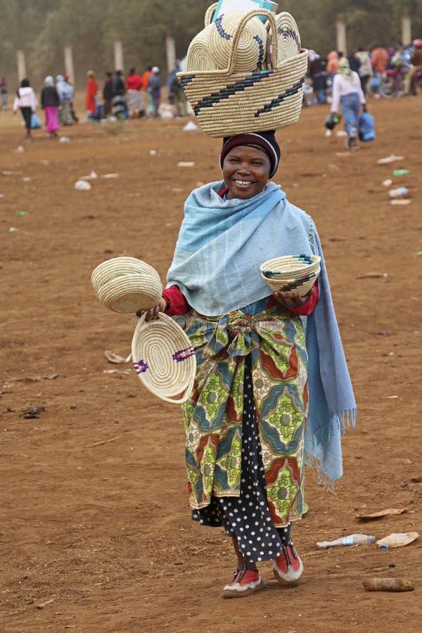 Donna africana che vende gli artigianato al mercato di Karatu Iraqw fotografia stock libera da diritti