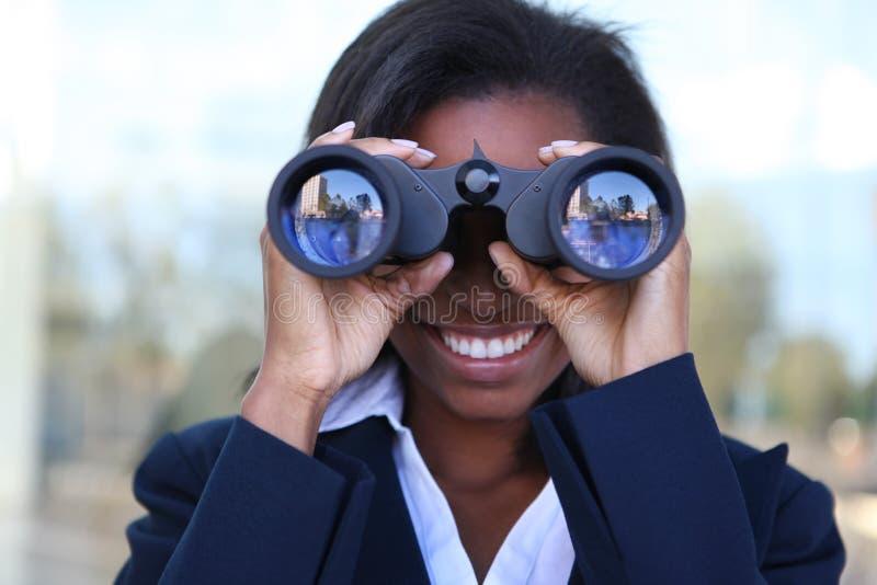 Donna africana con il binocolo fotografia stock libera da diritti