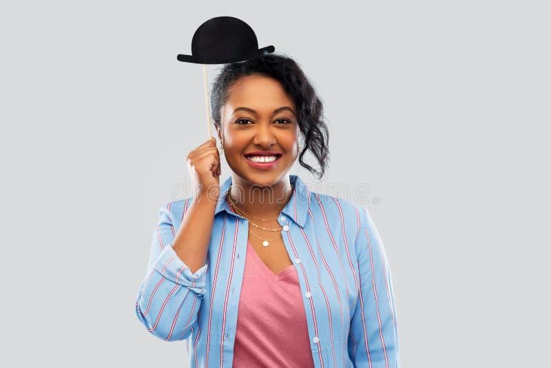 Donna africana con l'accessorio del partito del cappello di giocatore di bocce immagini stock libere da diritti
