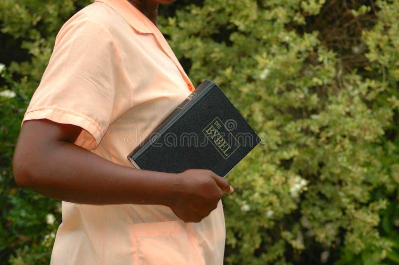 Donna africana con la bibbia fotografie stock libere da diritti