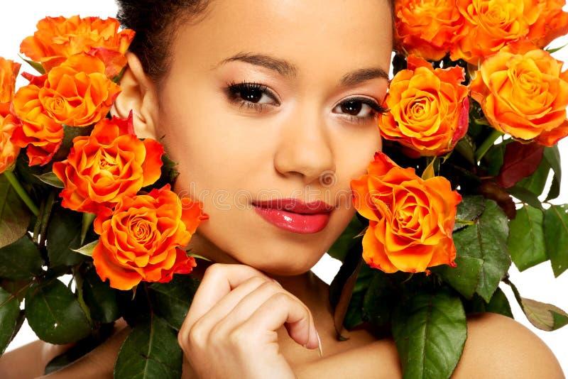 Donna africana di bellezza con le rose immagini stock libere da diritti