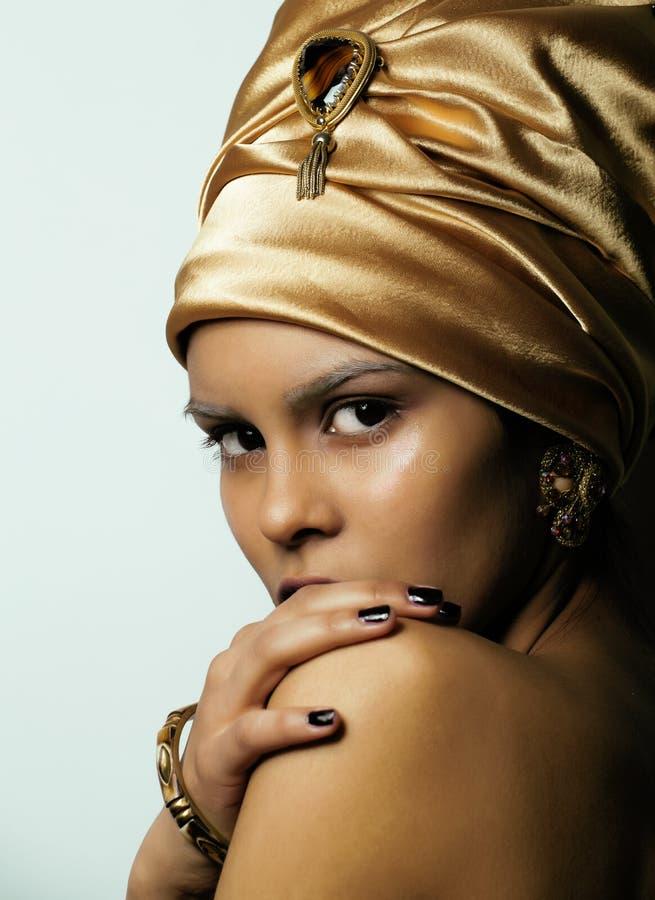 Donna africana di bellezza in scialle sulla testa, sguardo molto elegante con i gioielli dell'oro fotografia stock
