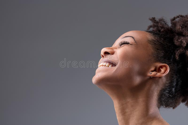 Donna africana giovane di risata vivace felice fotografie stock libere da diritti