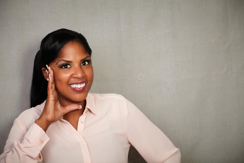 Donna africana sorpresa che sorride alla macchina fotografica fotografie stock