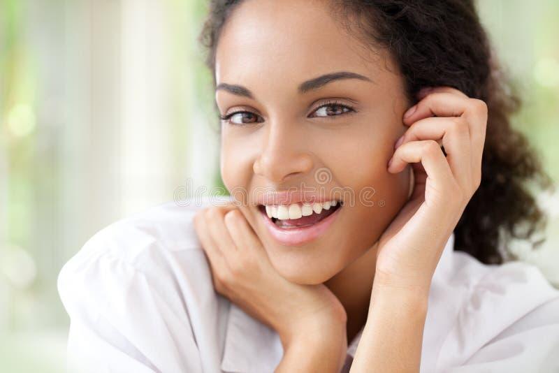 Donna africana sorridente immagine stock libera da diritti