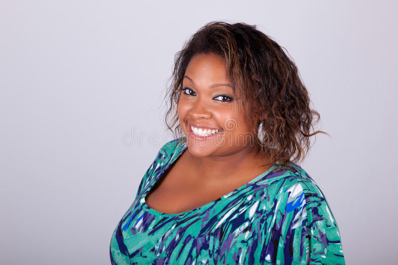 Donna afroamericana che sorride - persone di colore immagini stock libere da diritti