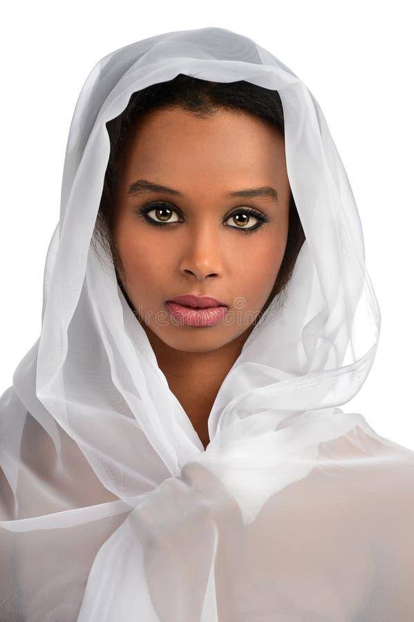 Donna afroamericana con il velo immagini stock