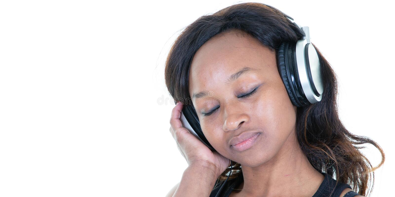 Donna afroamericana degli occhi chiusi che ascolta la musica in cuffie sul fondo bianco del modello dell'intestazione dell'insegn fotografie stock libere da diritti