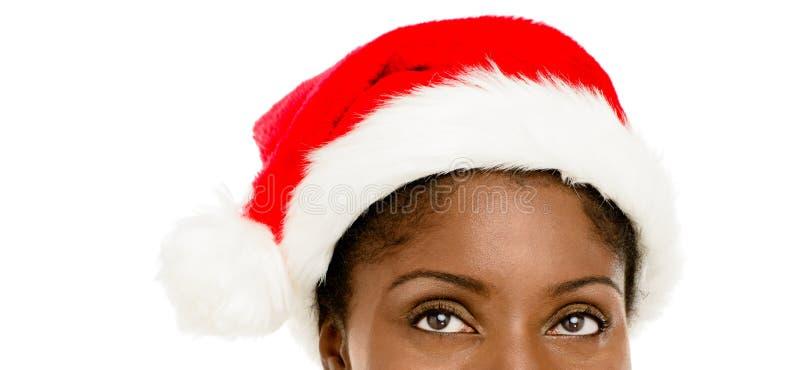 Donna afroamericana del primo piano che porta il cappello di Santa per il Natale fotografia stock libera da diritti