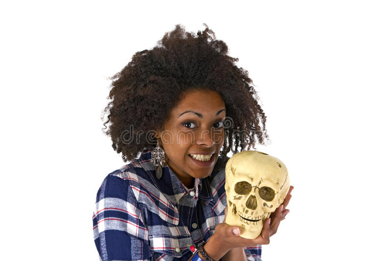 Donna afroamericana femminile con il modello umano del cranio fotografia stock