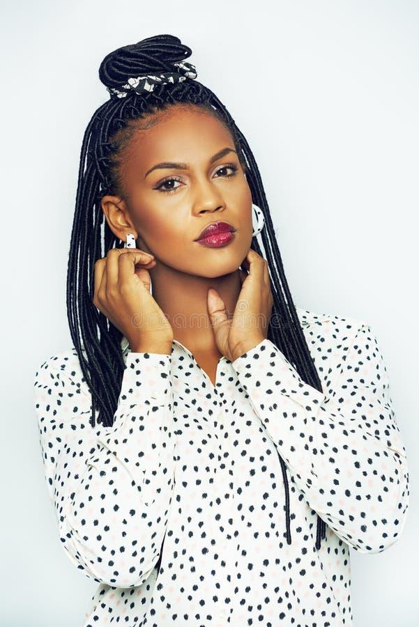 Donna afroamericana sensuale che tocca il suo fronte fotografia stock libera da diritti