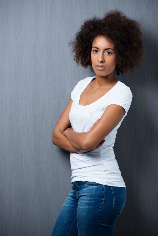 Donna afroamericana seria con un afro immagini stock