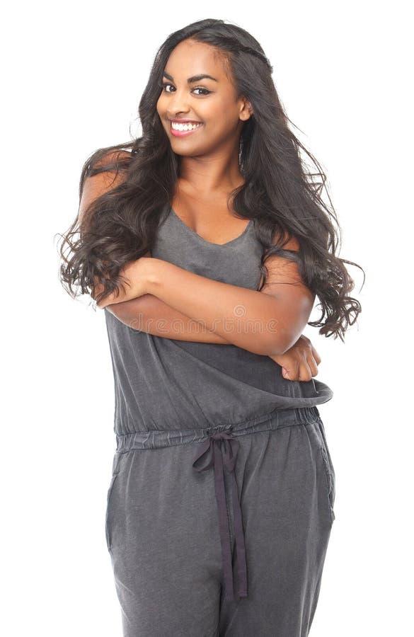 Donna afroamericana sorridente con capelli lunghi immagini stock