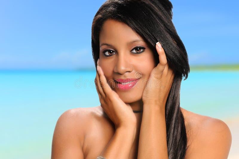Donna afroamericana sulla spiaggia fotografia stock libera da diritti