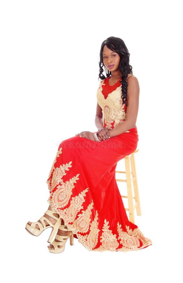 Donna afroamericana in un vestito rosso immagini stock