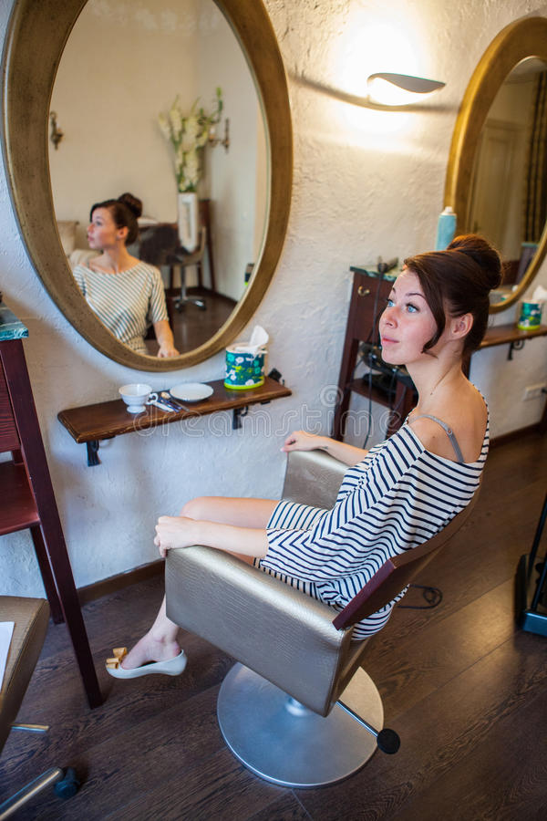 Donna ai parrucchieri immagini stock libere da diritti