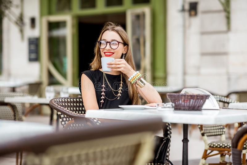 Donna al caffè francese immagine stock