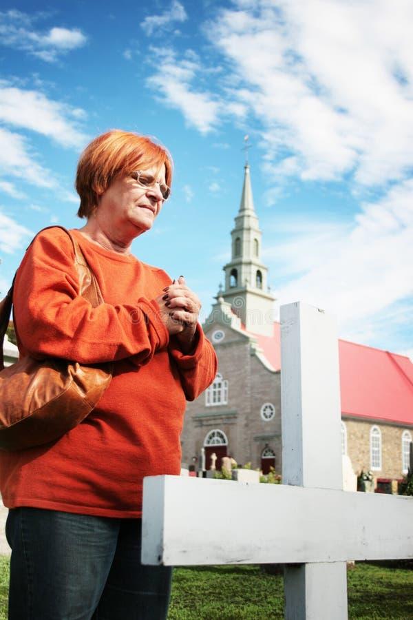 Donna al cimitero della chiesa immagini stock libere da diritti