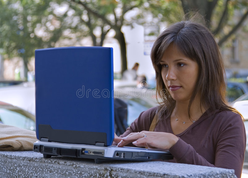Donna al computer portatile fotografie stock libere da diritti