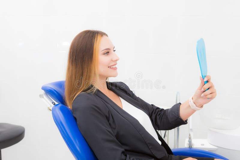 Donna al dentista con uno specchio fotografia stock