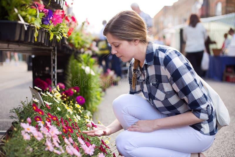 Donna al mercato del fiore immagine stock libera da diritti